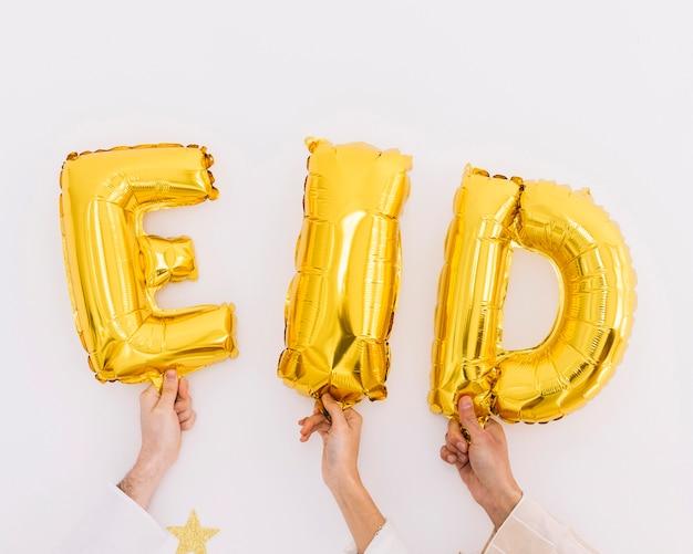 Eid al-fitr concept con amici che mostrano lettere