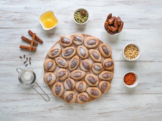 Eid dates dolci su un tavolo di legno, vista dall'alto.