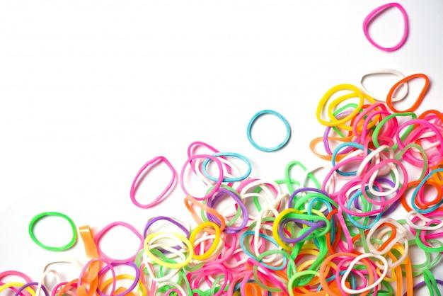Elastico - colorful della banda di plastica isolato su bianco