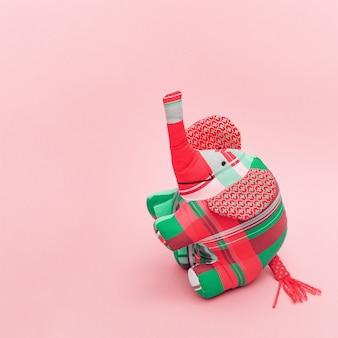 Elefante molle del giocattolo dei bambini intelligenti su fondo pastello rosa con lo spazio della copia