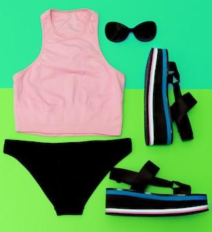 Elegante abbigliamento sportivo da spiaggia. piattaforma sandali. tendenze dell'outfit estivo