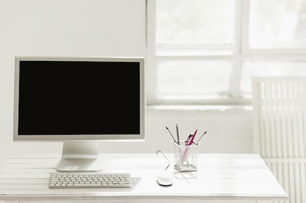 Elegante area di lavoro con computer a casa o in studio