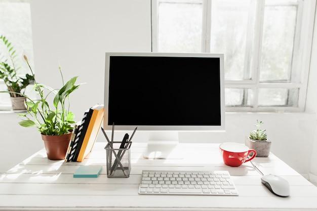 Elegante area di lavoro con computer a casa
