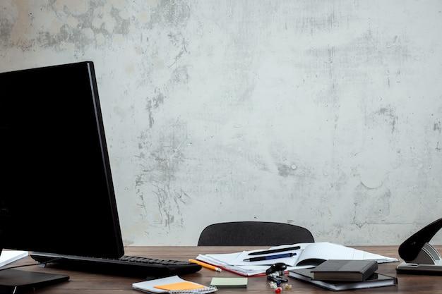 Elegante area di lavoro con computer e poster a casa o in studio