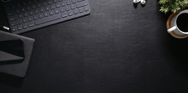 Elegante area di lavoro con laptop