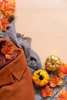 Elegante autunno femminile vestito e accessori su sfondo, piatto laici