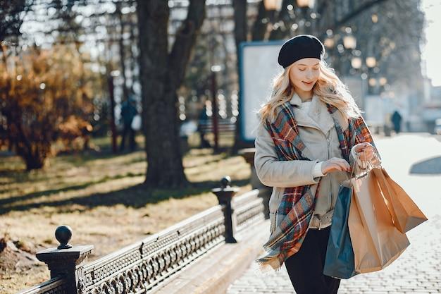 Elegante bionda carina che cammina in una città
