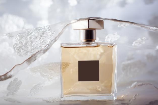 Elegante bottiglia di profumo gialla