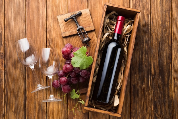 Elegante bottiglia di vino rosso con gli occhiali