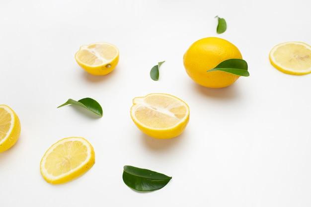 Elegante composizione di set di limoni su una superficie bianca