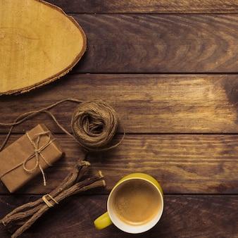 Elegante composizione in legno con caffè sul tavolo