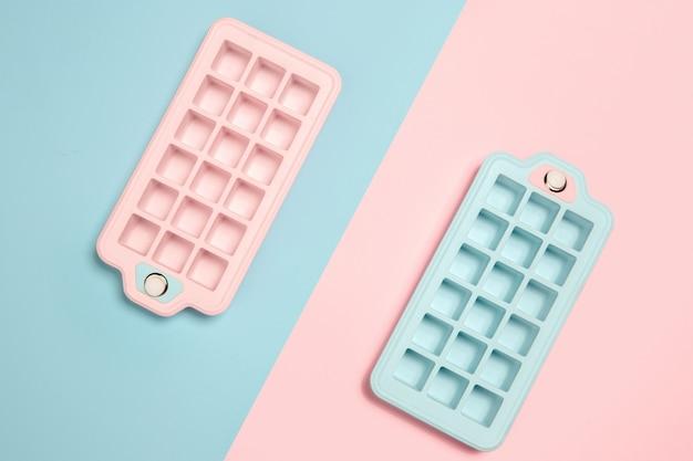 Elegante composizione monocromatica nei colori blu e rosa.