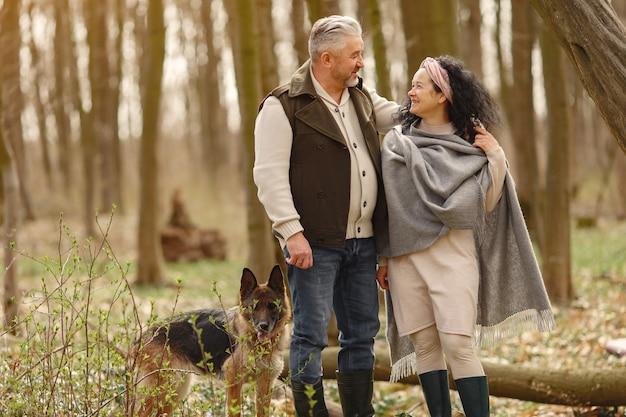 Elegante coppia adulta in una foresta di primavera