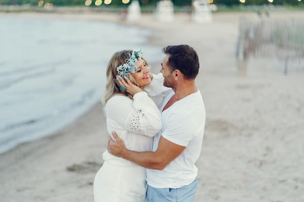 Elegante coppia adulta vicino al mare