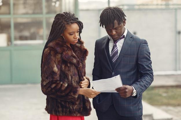 Elegante coppia nera ha una conversazione d'affari