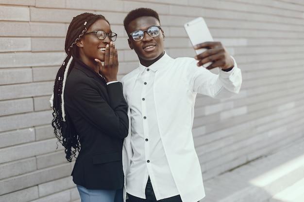 Elegante coppia nera in una città estiva