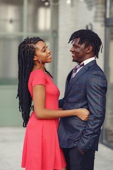 Elegante coppia nera trascorrere del tempo in una città di primavera