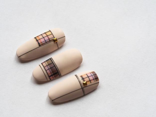 Elegante design beige sulle punte. macro trama di unghie.