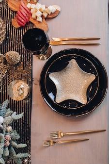 Elegante design da tavola natalizia catturato dall'alto