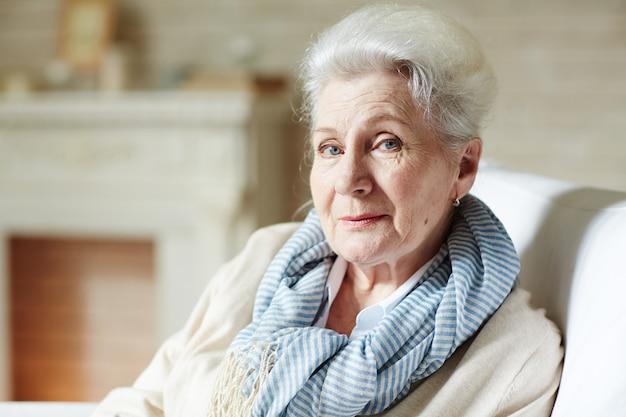 Elegante donna anziana