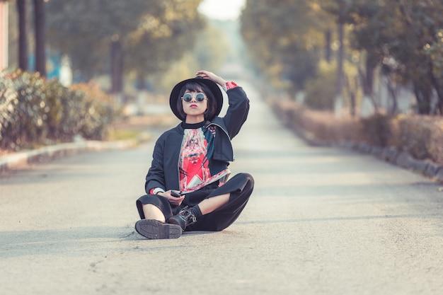 Elegante donna asiatica in posa sulla strada urbana