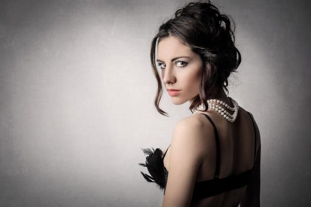 Elegante donna attraente