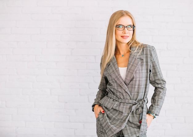 Elegante donna d'affari con gli occhiali
