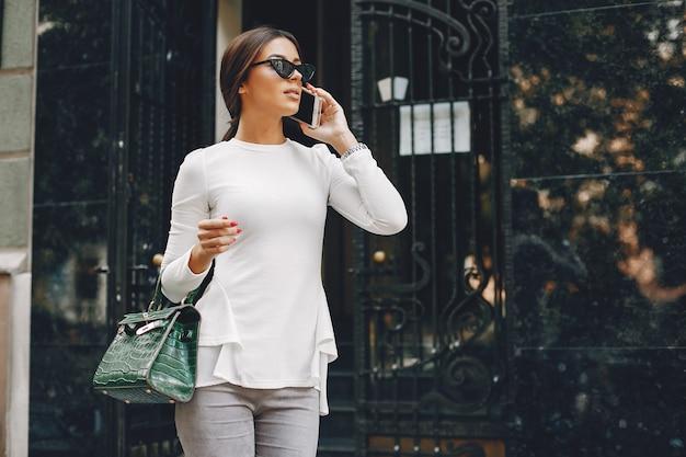 Elegante donna d'affari in una città d'estate