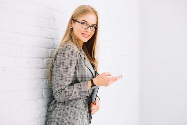 Elegante donna d'affari utilizzando uno smartphone