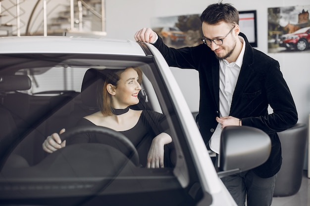 Elegante ed elegante donna in un salone di auto