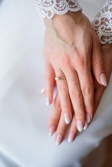 Elegante fede nuziale sulla mano tenera della sposa
