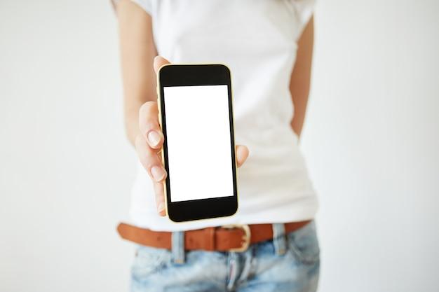 Elegante giovane donna che tiene smartphone