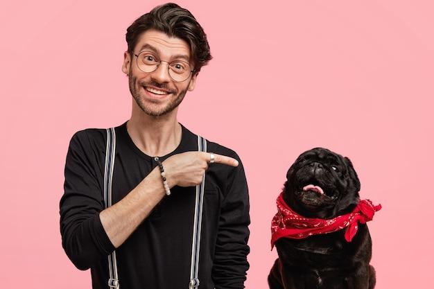 Elegante giovane uomo e il suo simpatico cane