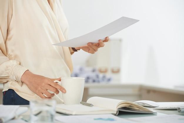 Elegante imprenditrice con documento