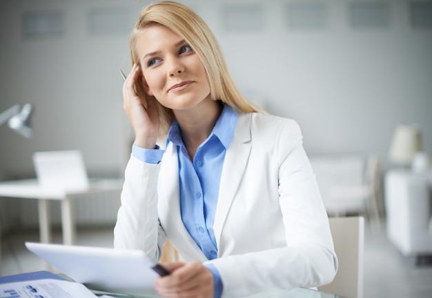Elegante imprenditrice in ufficio