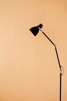 Elegante lampada da terra in appartamento