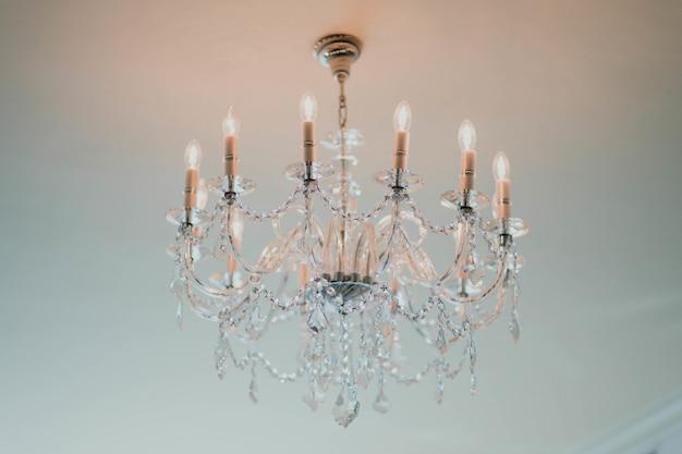 Elegante lampadario appeso al soffitto