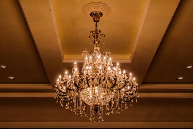 Elegante lampadario di cristallo
