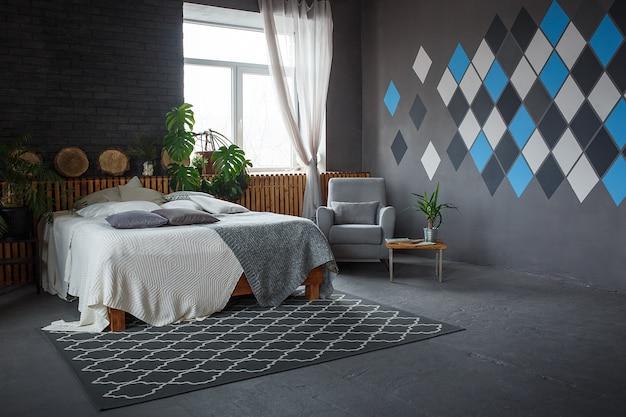Elegante loft accogliente soggiorno con letto matrimoniale, poltrona