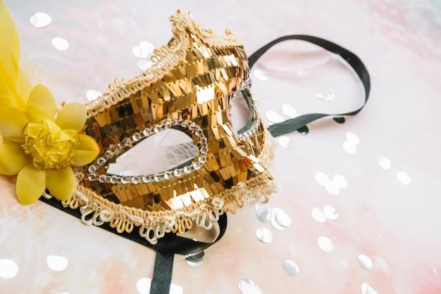 Elegante maschera d'oro per il carnevale