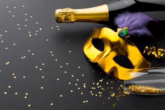 Elegante maschera di carnevale con champagne e glitter
