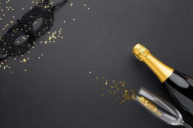 Elegante maschera di carnevale con champagne