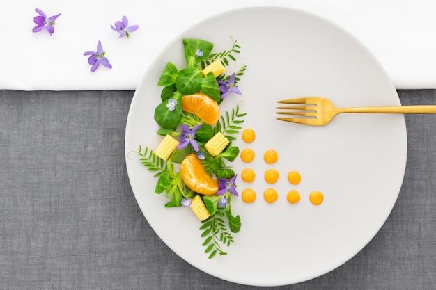 Elegante piatto con forchetta dorata vista dall'alto