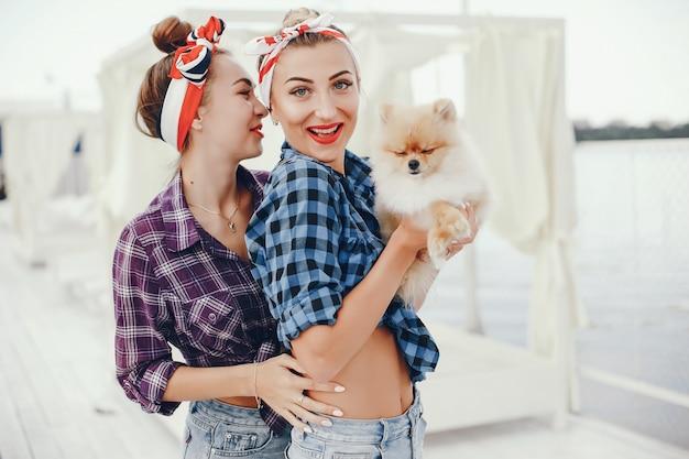 Elegante pin up girls con il cagnolino