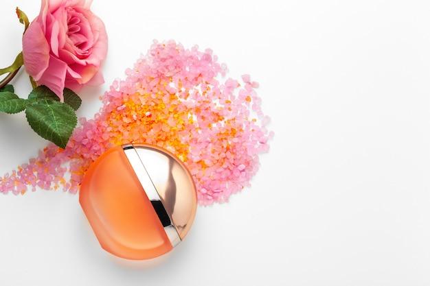 Elegante profumo femminile con rosa