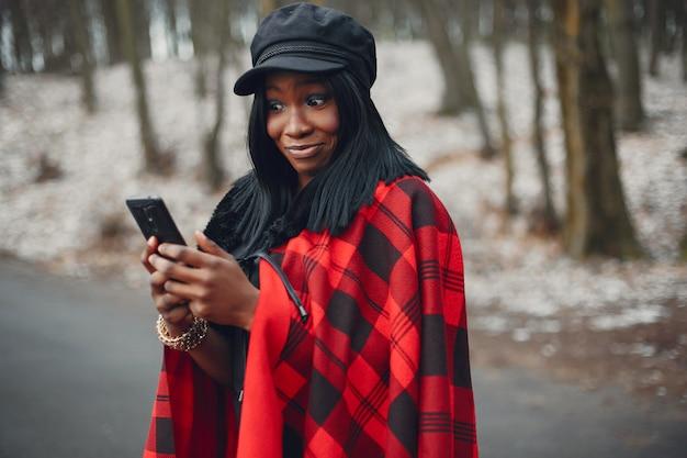 Elegante ragazza nera in un parco d'inverno