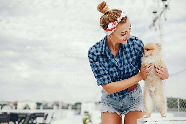 Elegante ragazza pin up con il cagnolino