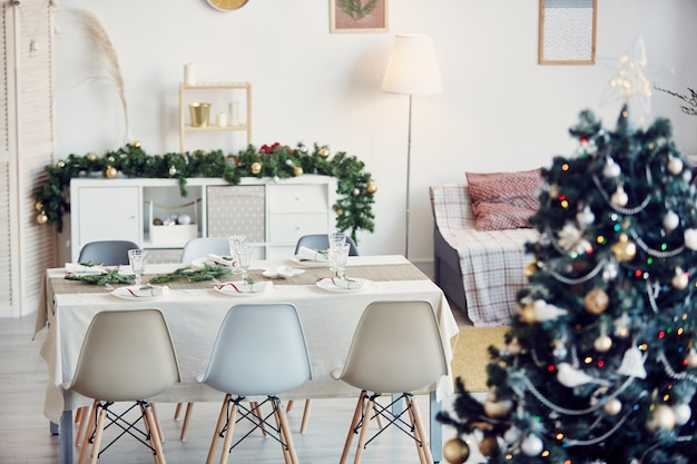 Elegante sala da pranzo decorata per natale