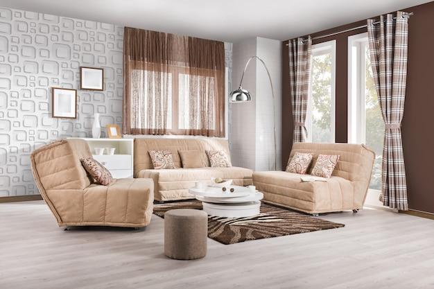 Elegante salotto interno con divani marroni