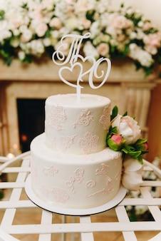 Elegante semplice torta nuziale con topper decorato